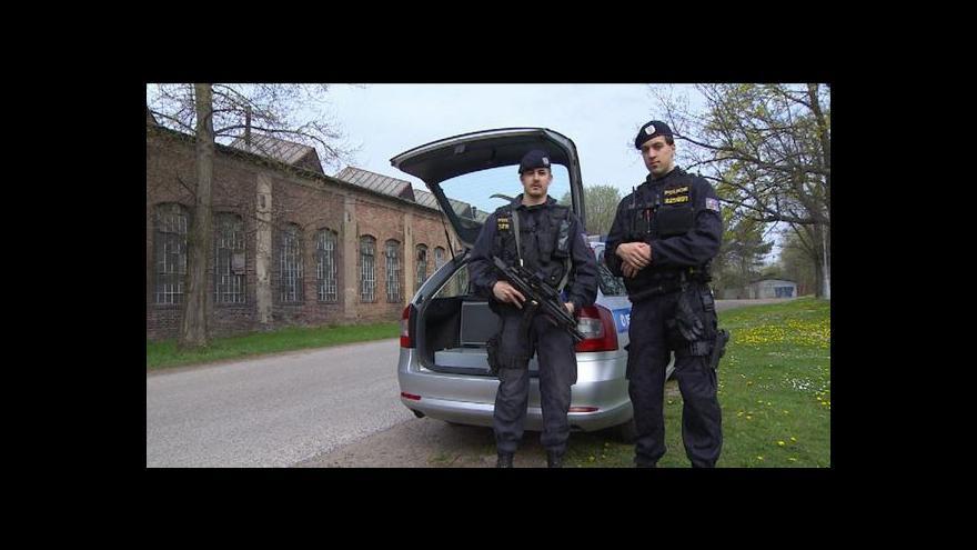 Video Policie v Královéhradeckém kraji dala hlídkám samopaly