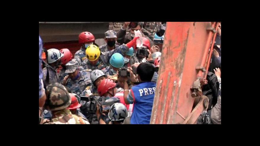 Video I šestý den po zemětřesení jsou záchranáři v plném nasazení