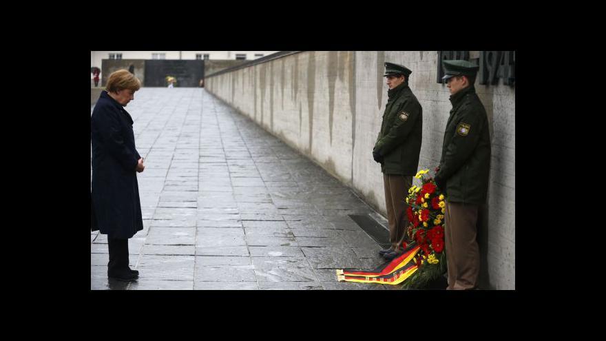 Video Merkelová na vzpomínkové ceremonii v Dachau