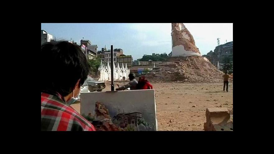 Video Studenti umění v Nepálu malují trosky památek