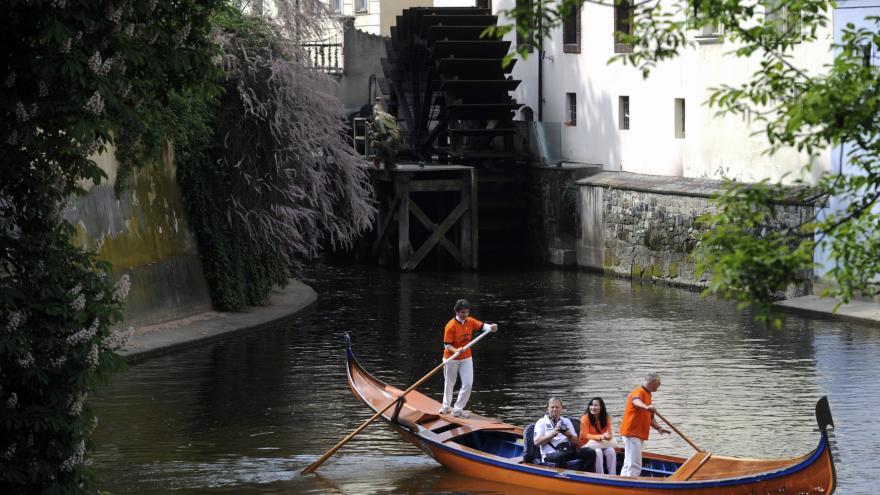 Video Události ČT: Válečné gondoly poprvé v historii zamířily z italských Benátek na pražskou Vltavu