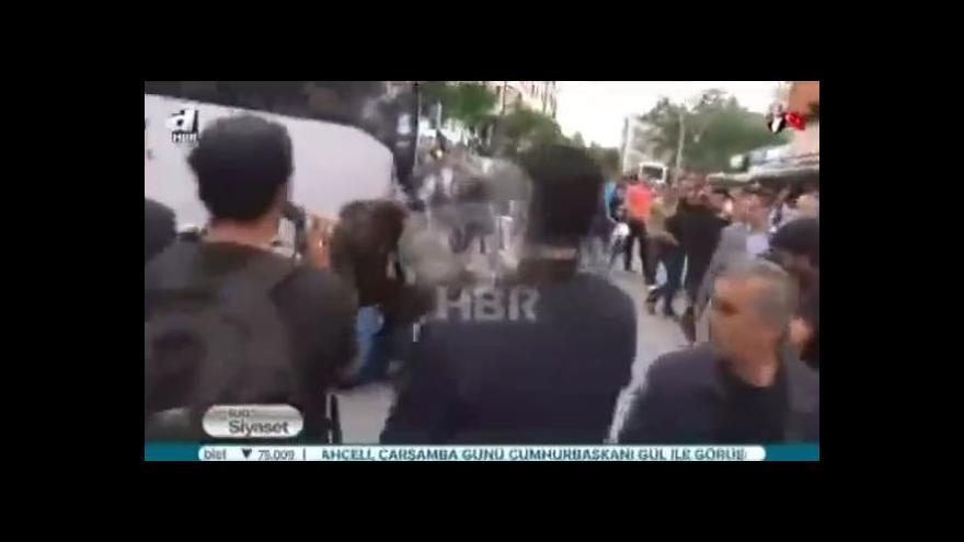 Video Poradce Erdogana napadl havíře