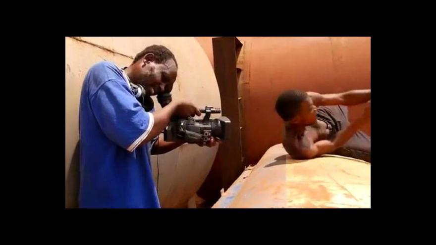 Video Ugandský Tarantino natáčí akční filmy ve slumu