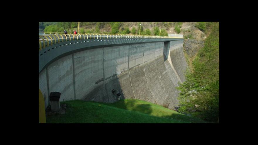 Video Kancelář prezidenta opraví přehradu, Parlament navýší platy