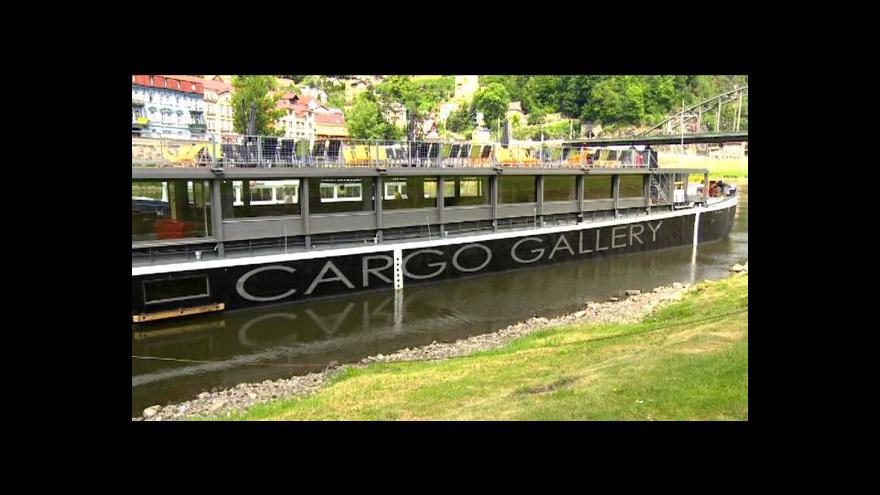 Video Nákladní loď v Děčíně převáží umění