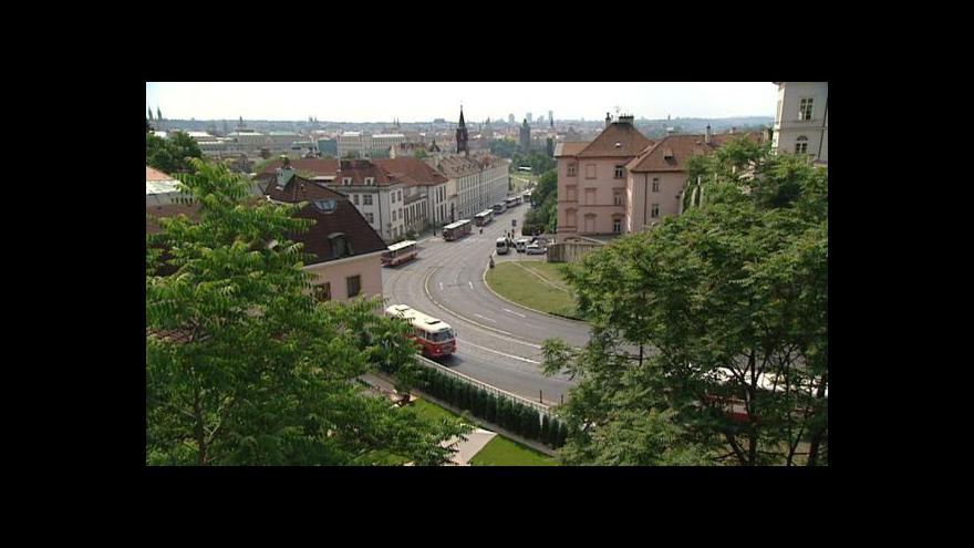 Video Prahou projela kolona autobusů vyrobených od roku 1953