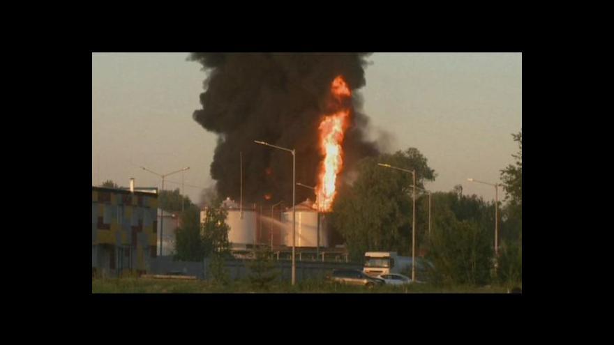 Video U Kyjeva hasiči od včerejšího večera likvidují mohutný požár