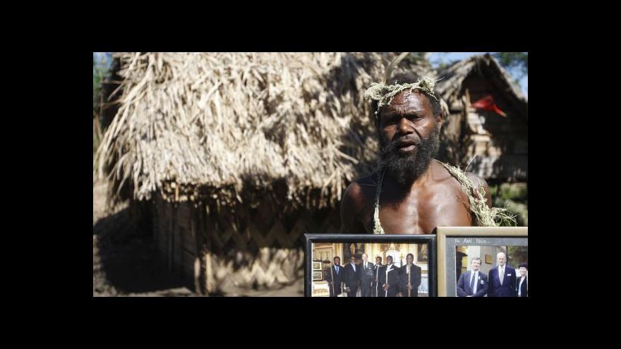 Video Kmen z ostrova Tanna se modlí k princi Philipovi