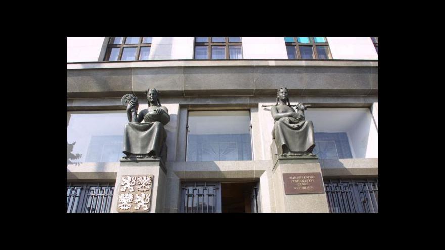 Video NKÚ: Peníze měly jít na stezky, ne na altány nebo rozhledny