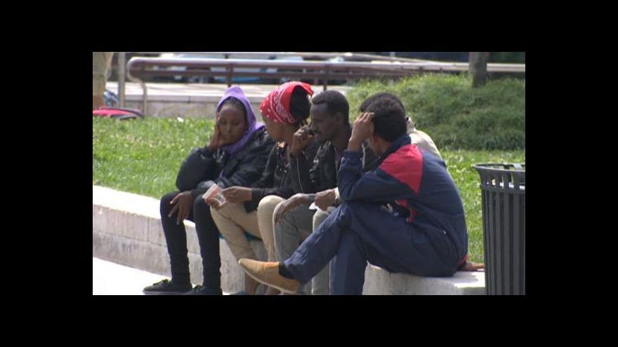 Video V centru Milána funguje uprchlický tábor