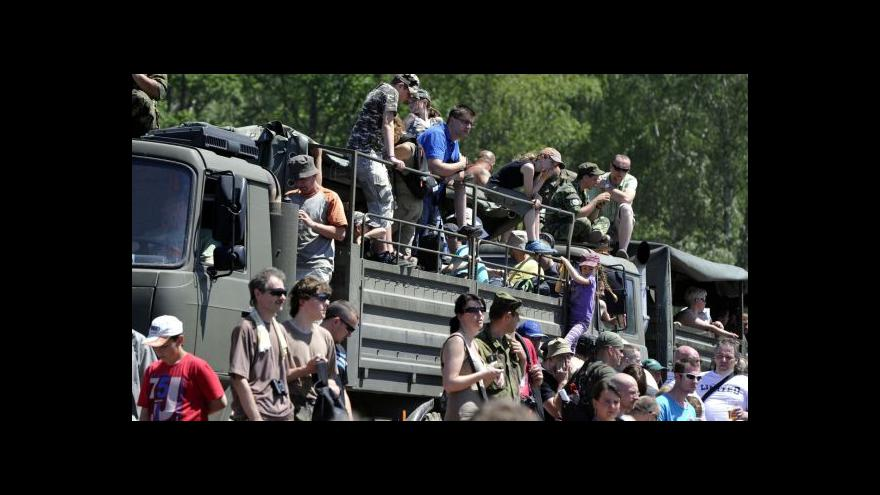 Video K Brdům hleď! Vojenská technika zapadla do Bahen