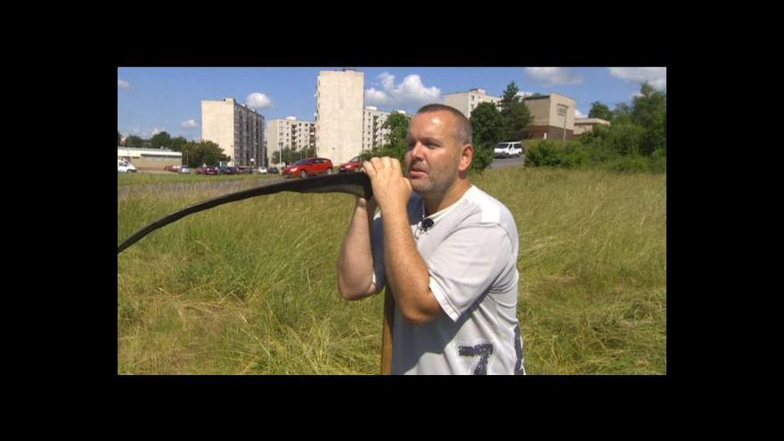 Video Policista seká trávu na nebezpečné křižovatce zadarmo