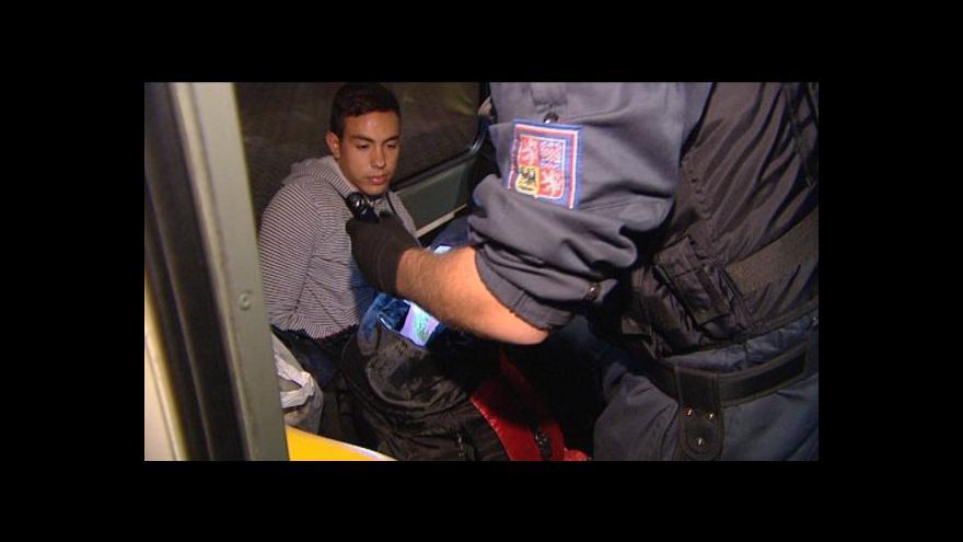 Video Zátah na běžence pokračuje. Policisté kontrolují rychlíky