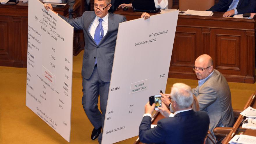Video Babiš ve sněmovně předváděl vzor účtenky pro evidenci tržeb