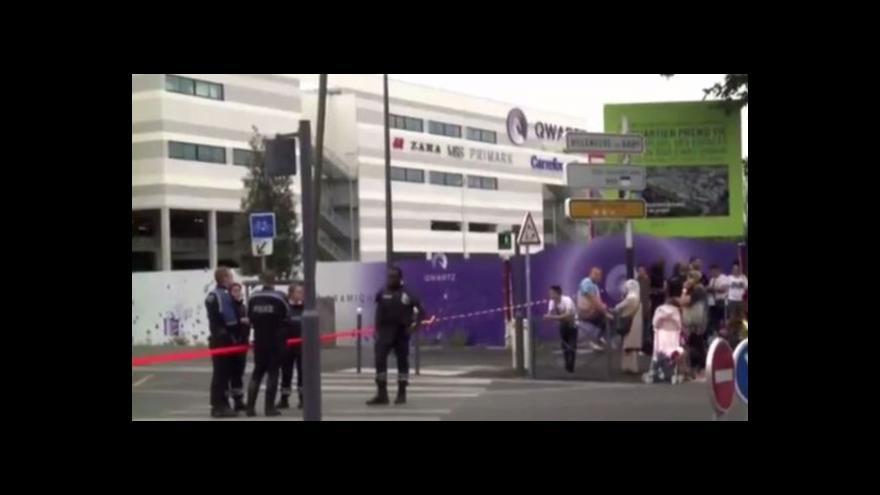 Video Policie uzavřela okolí nákupního centra Qwartz