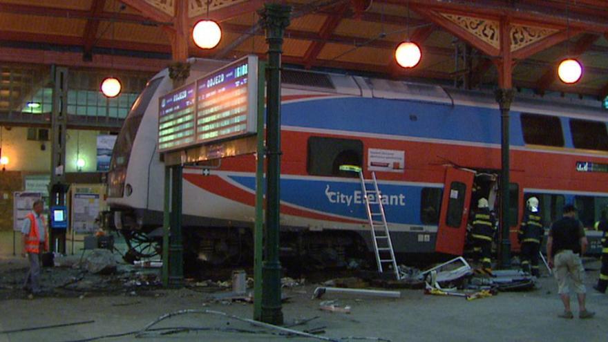 Video Zprávy ve 12: Vykolejený vlak na Masarykově nádraží, hledá se příčina