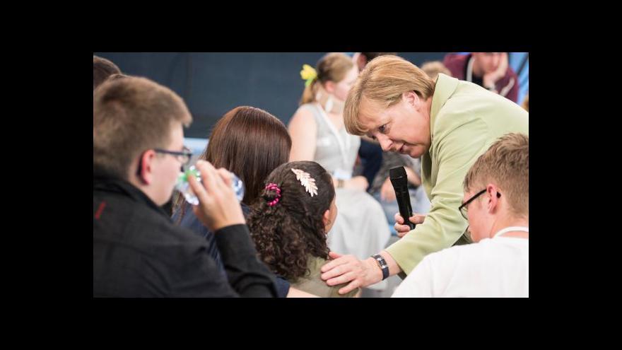 Video Merkelová rozplakala mladou palestinskou uprchlici