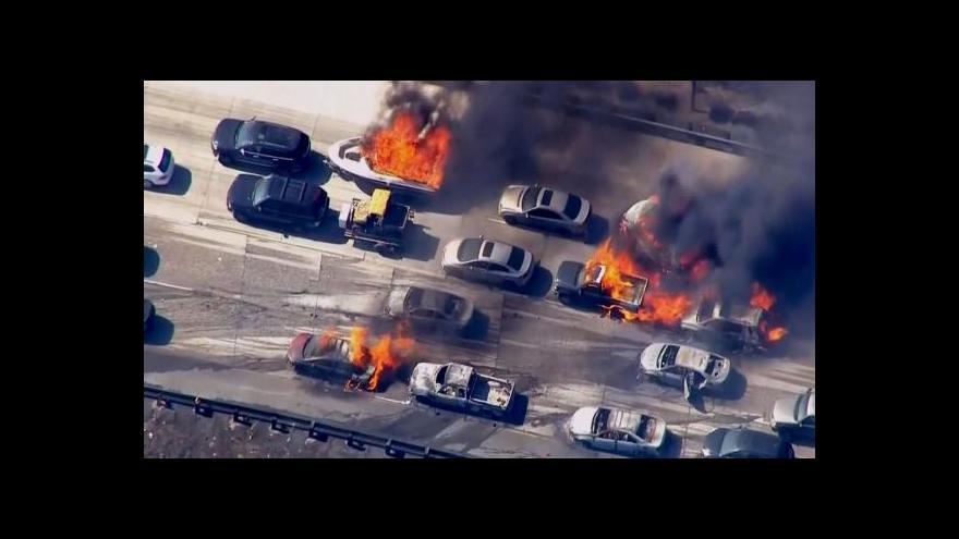 Video Požár zachvátil auta na kalifornské dálnici (zdroj EBU)