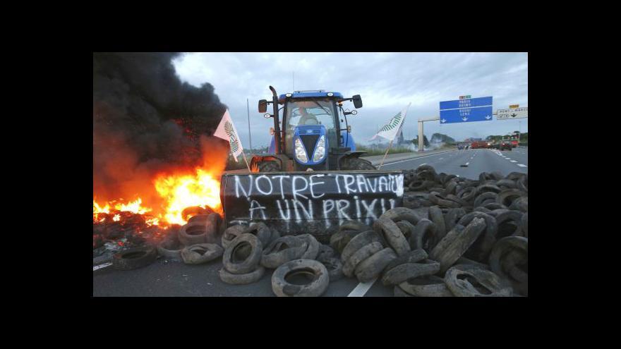 Video Traktory blokovaly silnice. Paříž chovatelům ustoupila