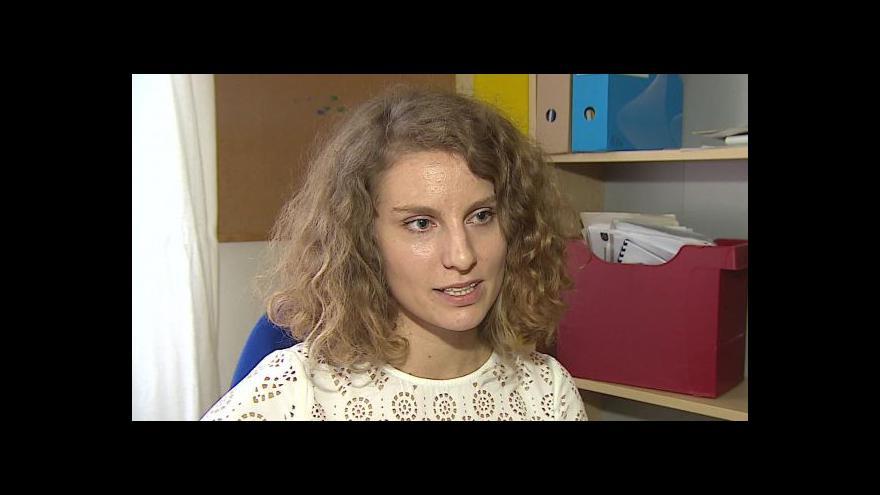 Video Právnička Tereza Hrubá hovoří o poplatcích za otce u porodu
