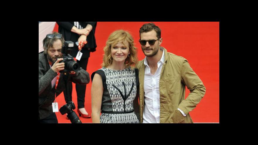Video Jamie Dornan se ve Varech chystá na atentát