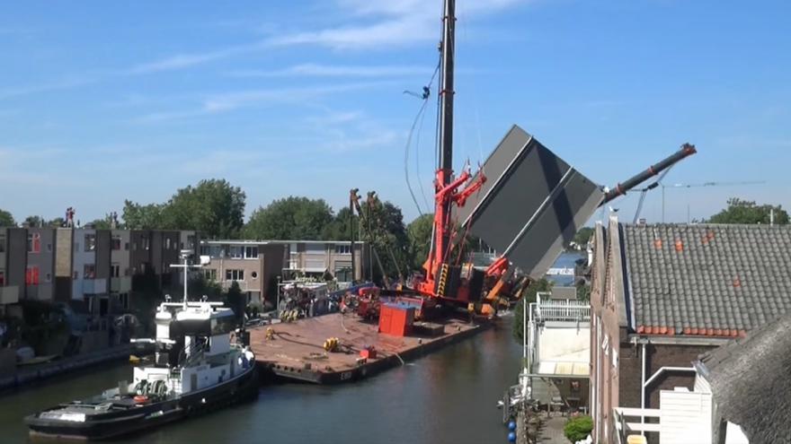 Video Zřícení jeřábů v Alphen aan den Rijn