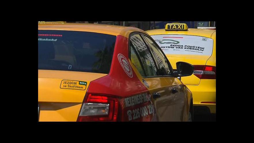 Video Zprávy v 16: Taxikáři předali petici proti zkouškám