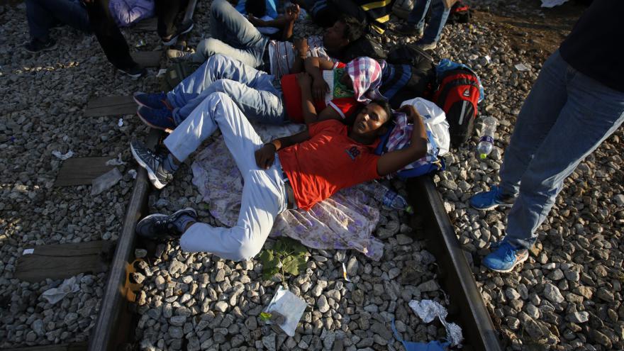 Video Hranice Makedonie volně překročily stovky uprchlíků
