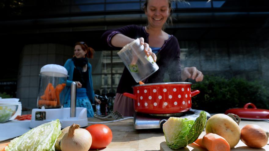 Video Aktivisté vařili před Národním divadlem Křivou polévku