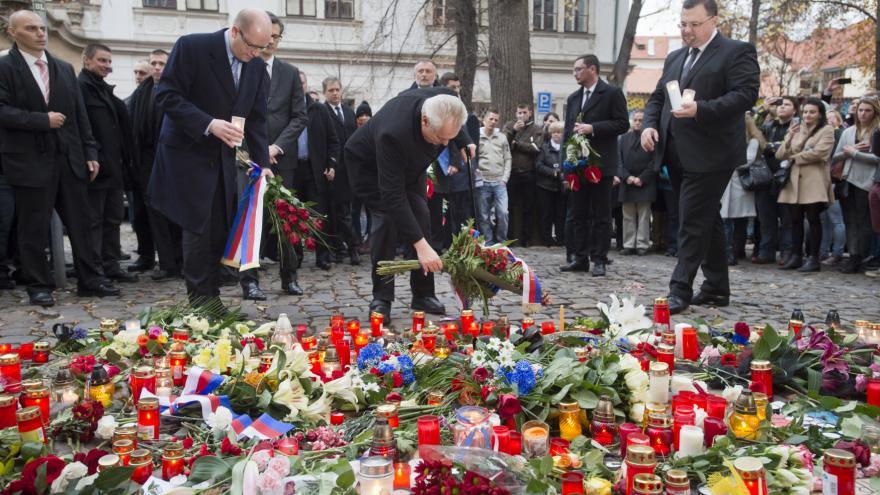Video BEZ KOMENTÁŘE: Zeman a Sobotka uctili památku obětí pařížských útoků