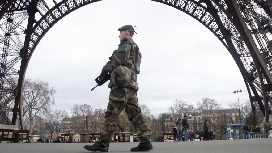 Video BEZ KOMENTÁŘE: V ulicích Paříže hlídkuje armáda