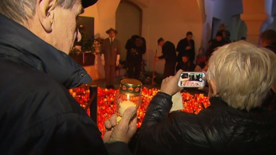 Video BEZ KOMENTÁŘE: Lidé zapalují svíčky na Národní třídě