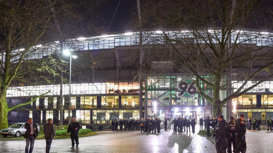 Video BEZ KOMENTÁŘE: Záběry z evakuace stadionu v Hannoveru
