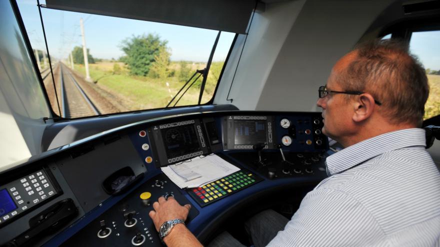 Video Události ČT: Vlakům chybí strojvedoucí, dopravci se o ně přetahují