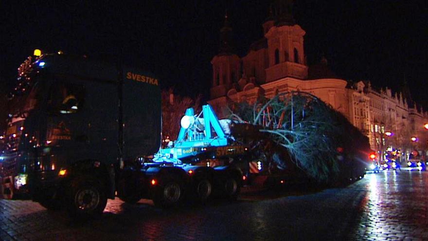 Video V centru Prahy už stojí vánoční strom, v noci ho přivezl tahač