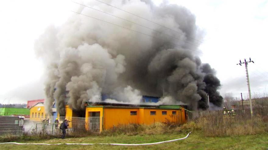 Video Bez komentáře: Hasiči bojují s požárem v Turnově