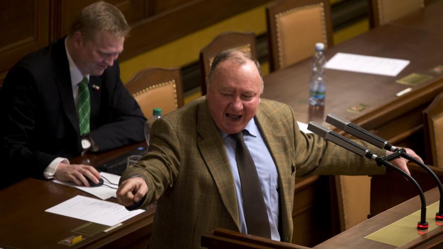 Video ŽIVĚ: Poslanci jednají o tom, jestli Češi u piva típnou cigaretu