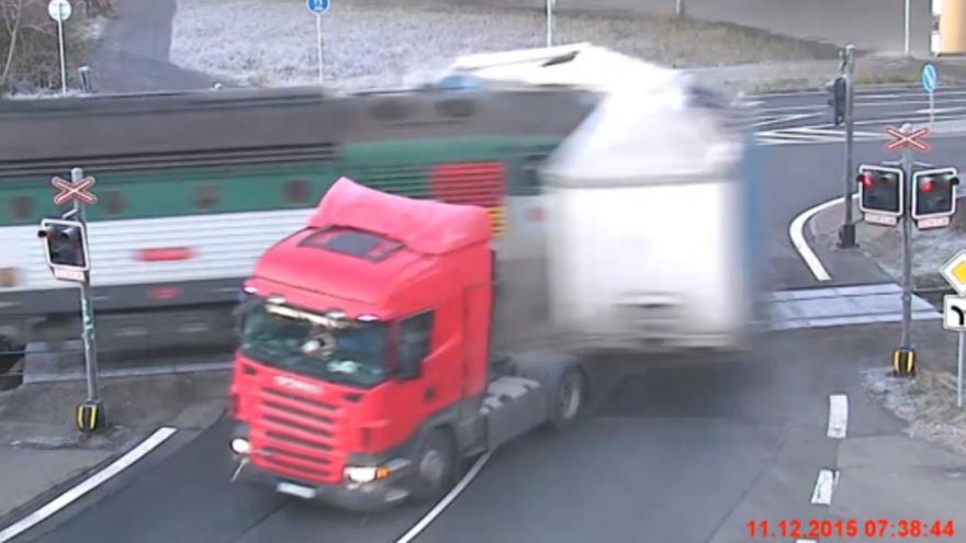 Video Záběr z bezpečnostní kamery: Nehoda na přejezdu ve Frýdku-Místku