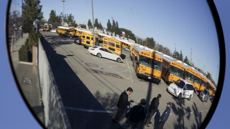 Video V Los Angeles se znovu otevřou školy