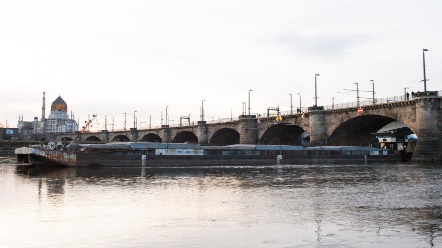 Video Nákladní loď odplouvá zpod drážďanského mostu
