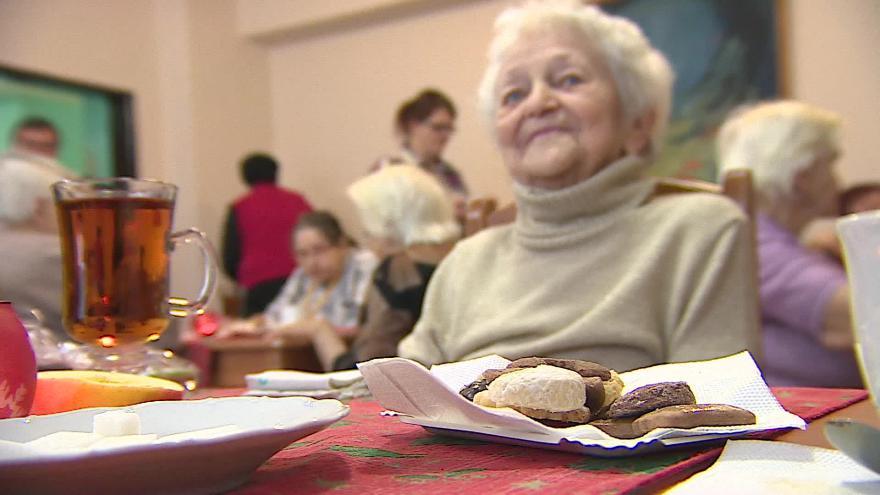 Video ZKOUŠKA: V domovech důchodců pečou cukroví a balí dárky