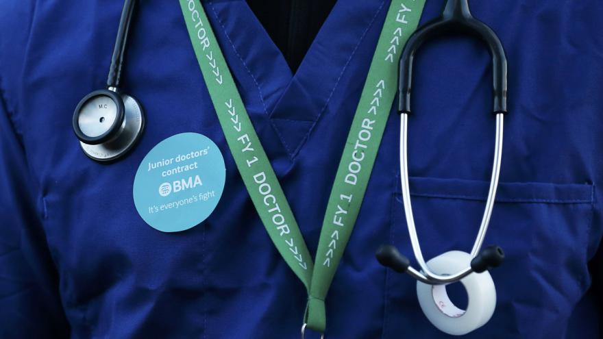 Video Mladí britští lékaři stávkují proti novým smlouvám