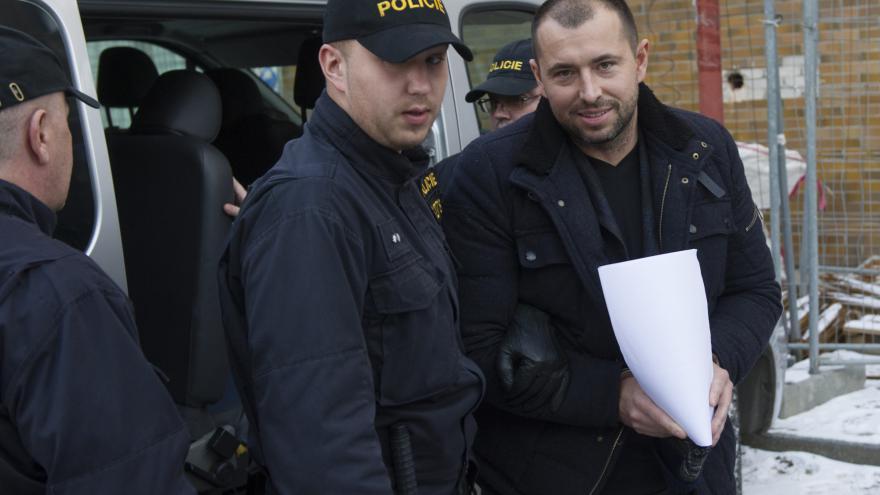 Video UDÁLOSTI: Advokát Hala přišel vypovídat v poutech