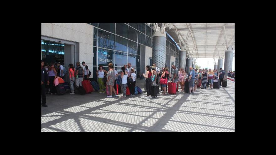 Video Turisté opouštějí Tunisko, Češi zůstávají