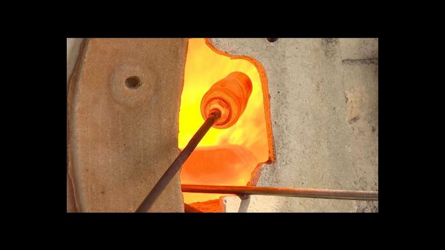 Video V Deštném taví sklo dřevem