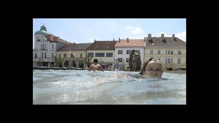 Video Kvůli horku se lidé koupou v městských kašnách