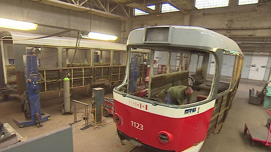 Video Technici pracují na opravě tramvaje z 80. let