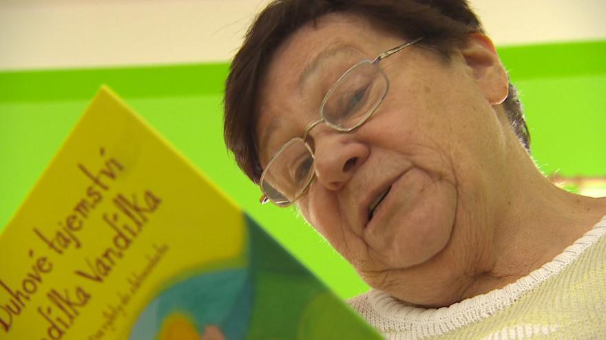 Video Babička čte ve školce dětem pohádku před spaním