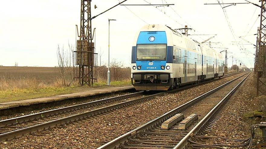 Video Vlaky v úseku nabírají až čtvrthodinová zpoždění