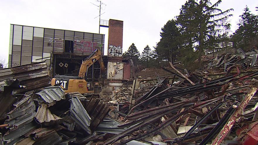 Video Těžké stroje začaly demolovat hotel Přehrada